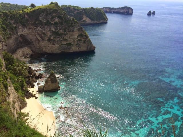 バリ島の離島、ペニダ島の綺麗なビーチ