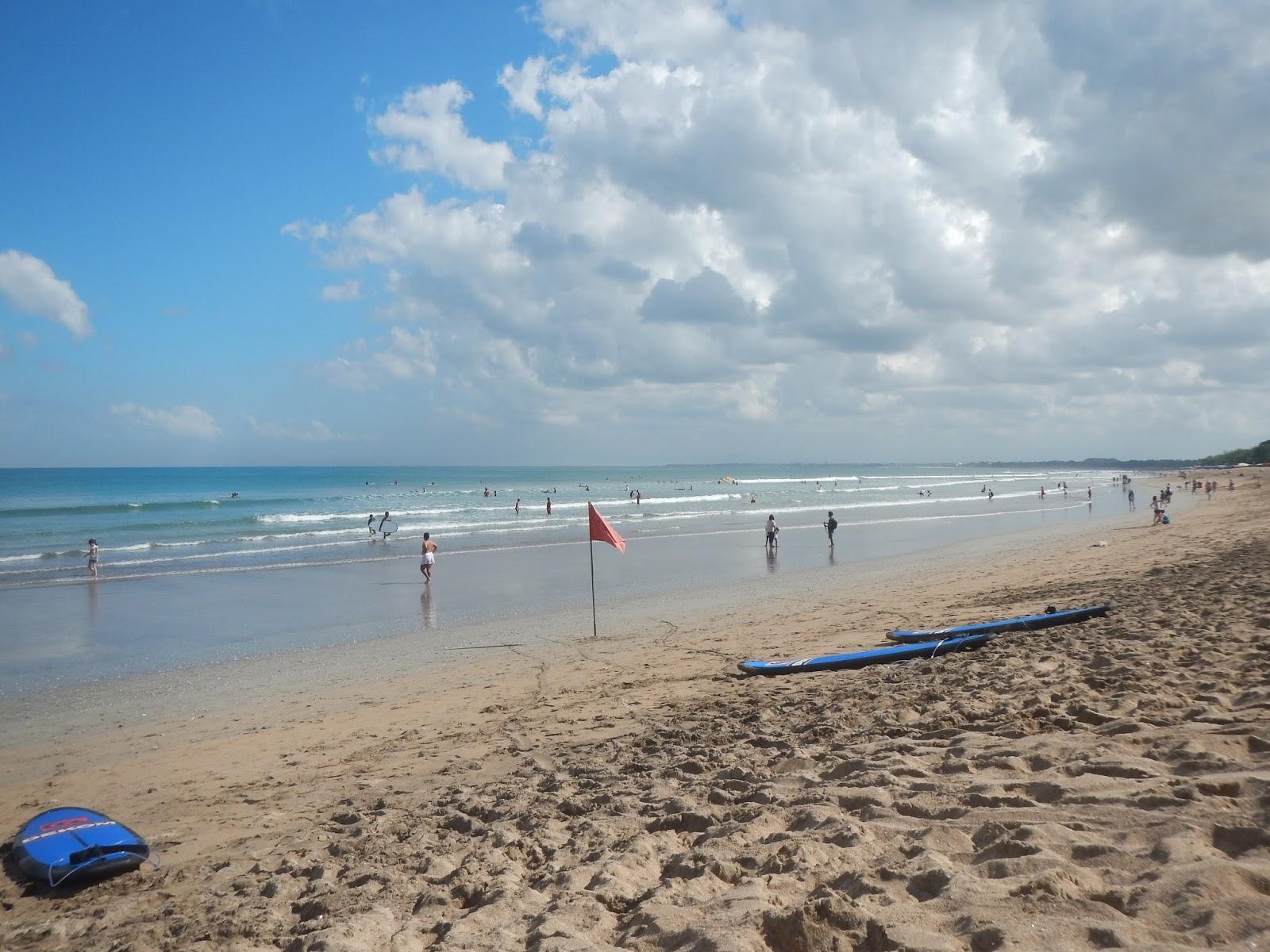 クタビーチでサーフィン
