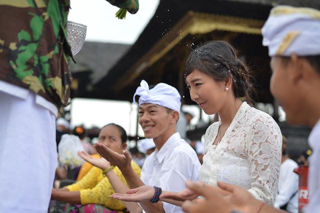 バリ島衣装体験でブサキ寺院参拝体験