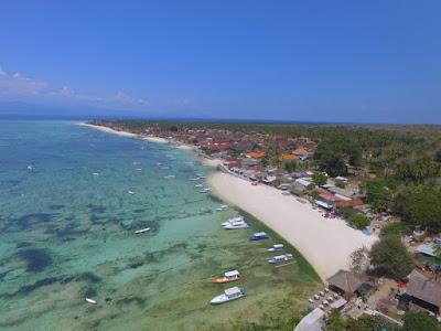 レンボンガン島のビーチ