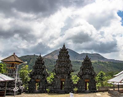 バトゥール山麓の寺院