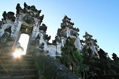ランプヤン寺院本殿への門
