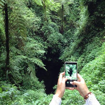 バリ島レスン山にあるなぞの洞窟