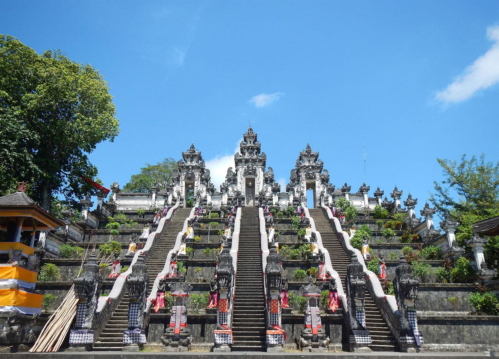 ランプヤン寺院本殿への階段