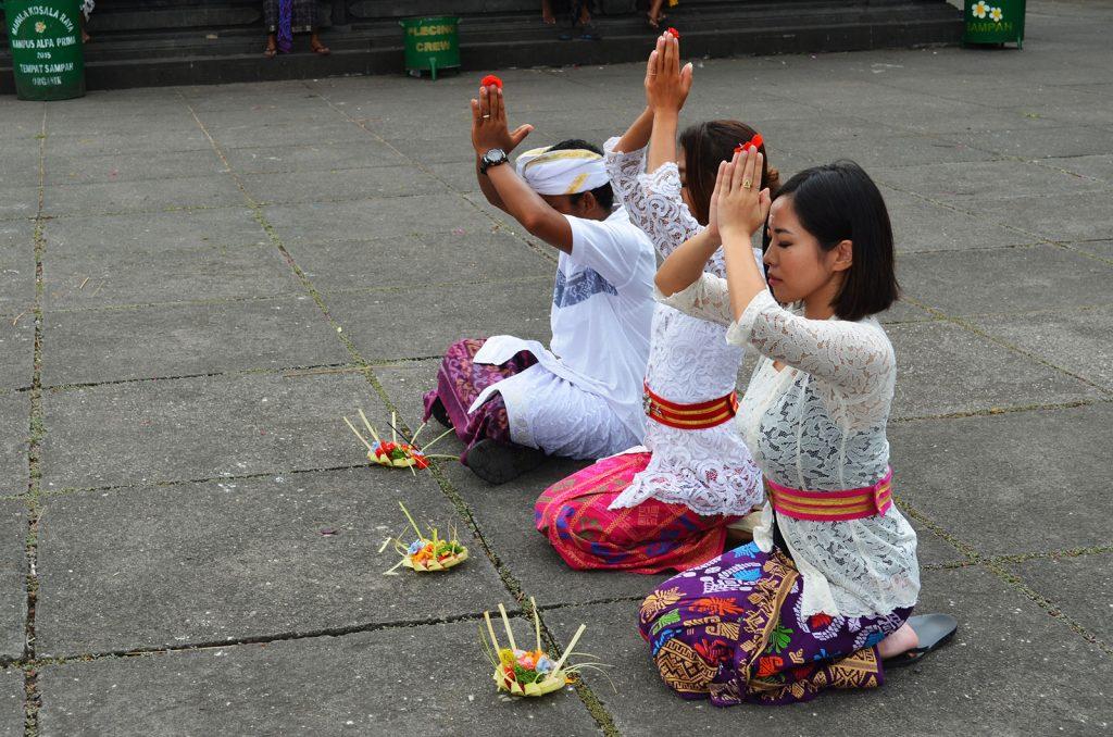 バリ島の伝統衣装でお祈り