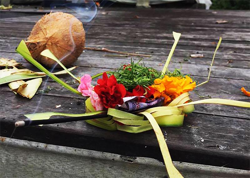 参拝する時はチャナンやお花を使う