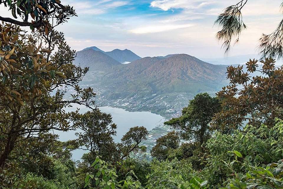 マング山頂上からタンブリンガン湖の眺め