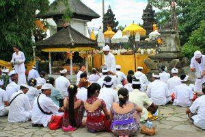 バリ島のバリヒンドゥー参拝風景