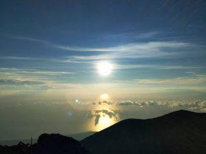 アグン山頂上からの御来光