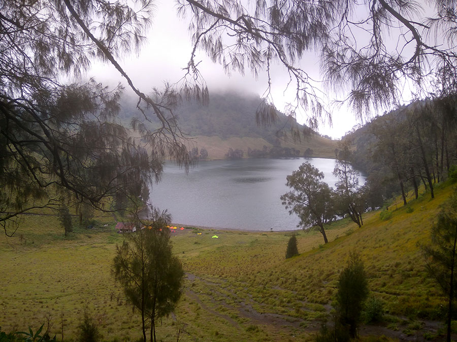 スメル山登山のベースキャンプ、ラヌクンボロ湖
