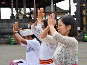 ブサキ寺院で参拝体験