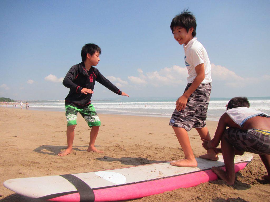 バリ島で子供サーフィン