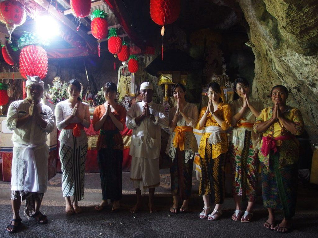洞窟で参拝