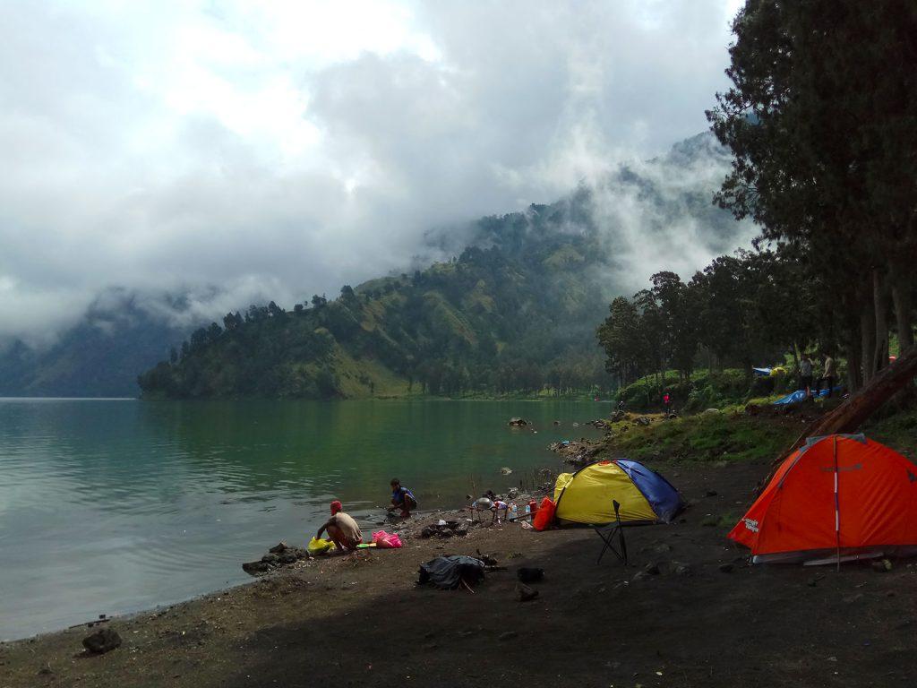 スガラアナック湖でキャンプ