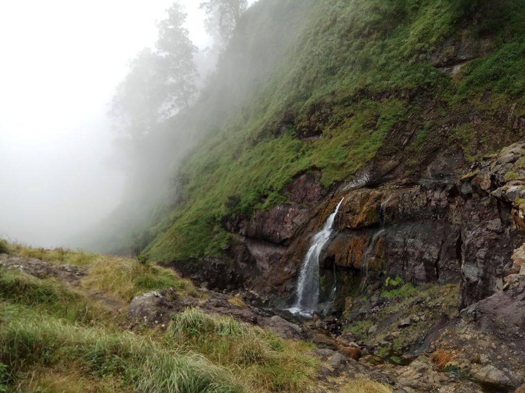 リンジャニ山の滝
