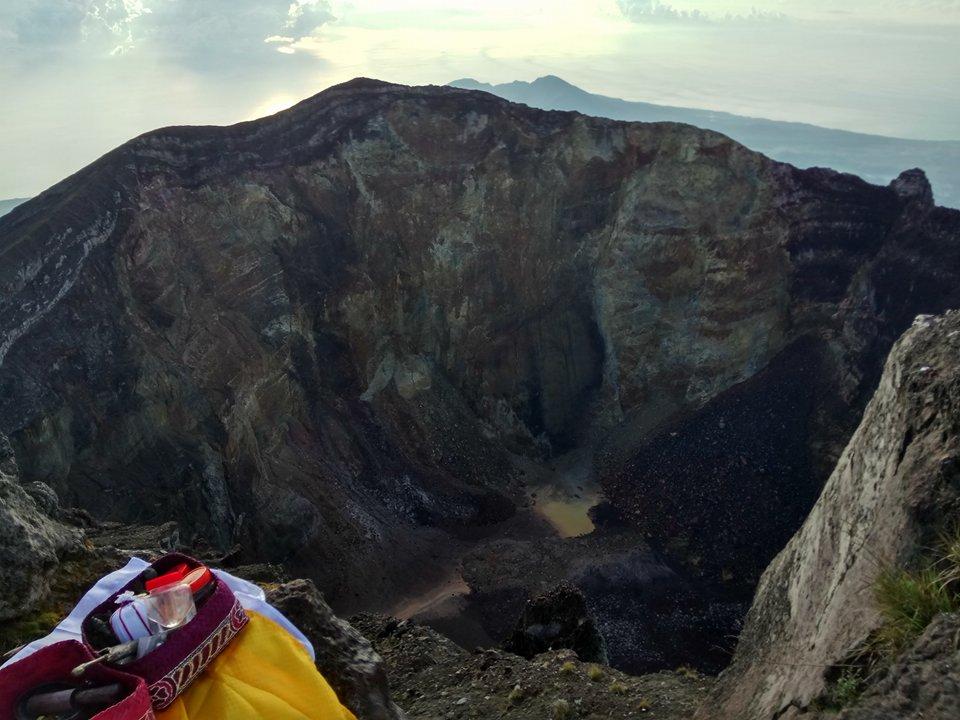 アグン山の火口