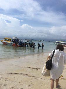 ボートに乗り込む、レンボンガン島ツアー