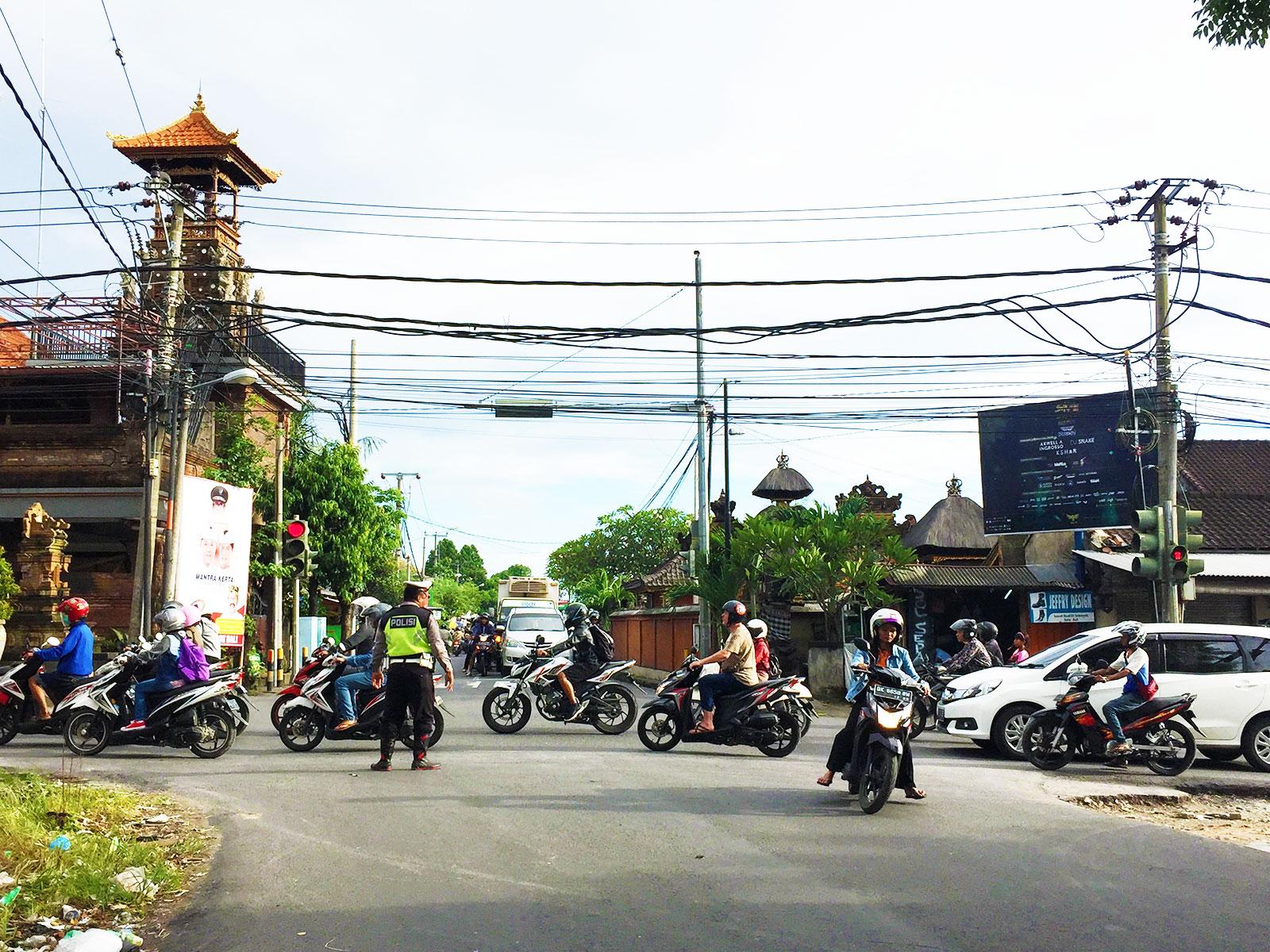 バリ島バイク事情・警察官の交通整理