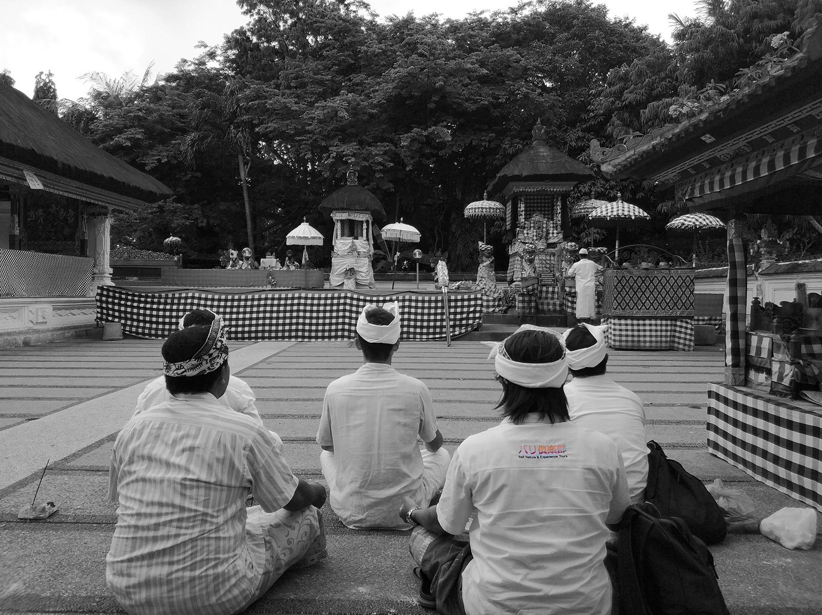 praying-temple-bali