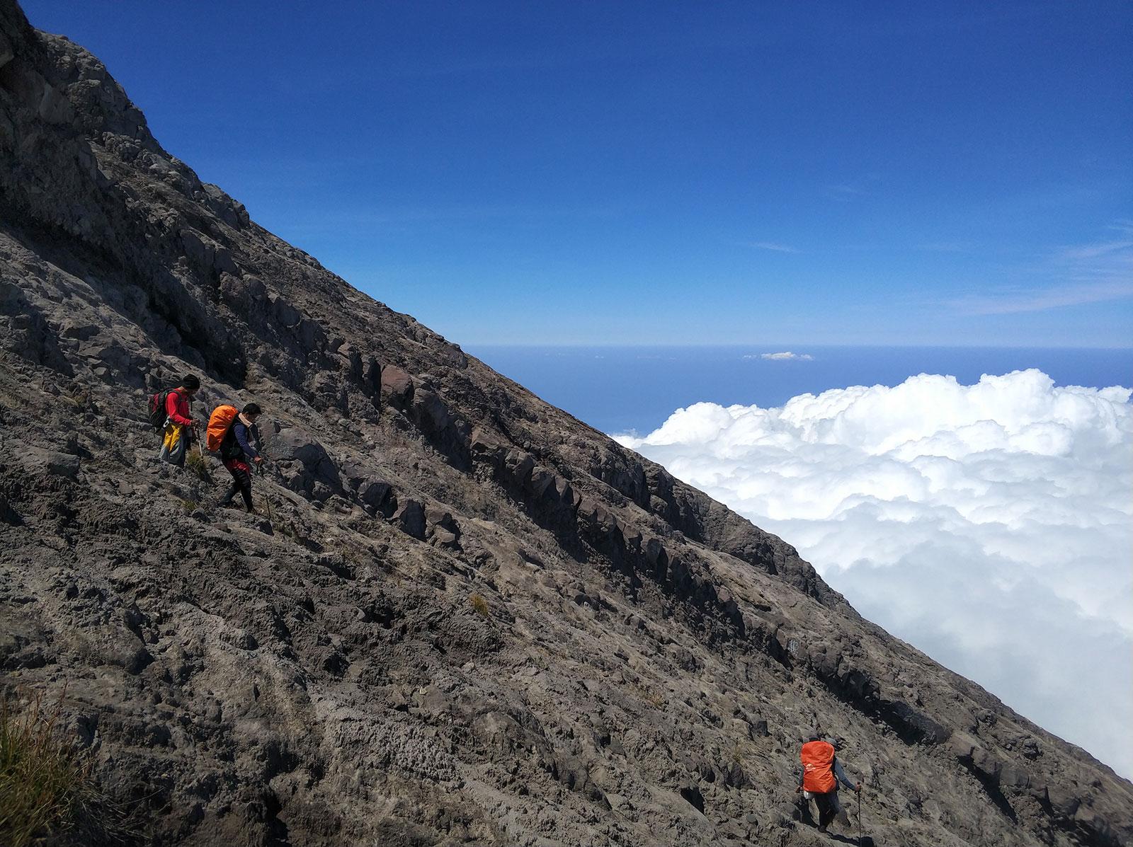 climbing-mount-agung2