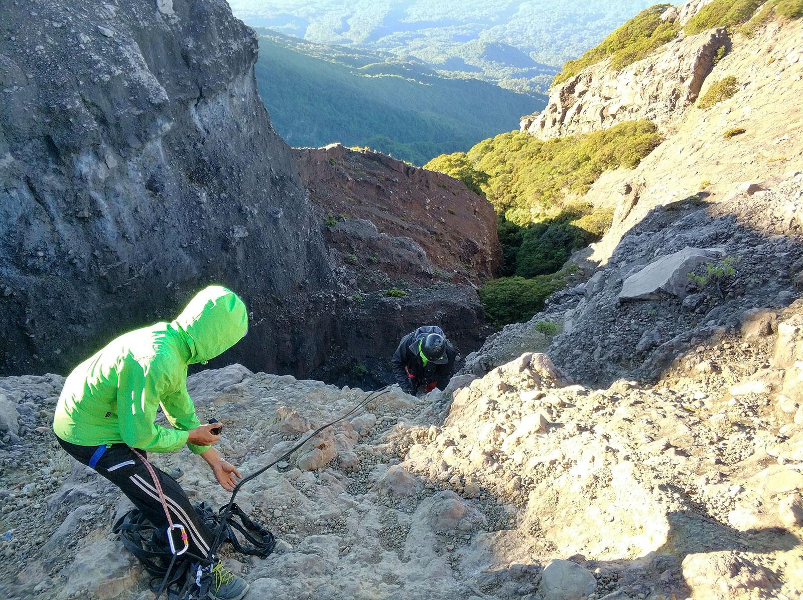 raung-rock-climbing1