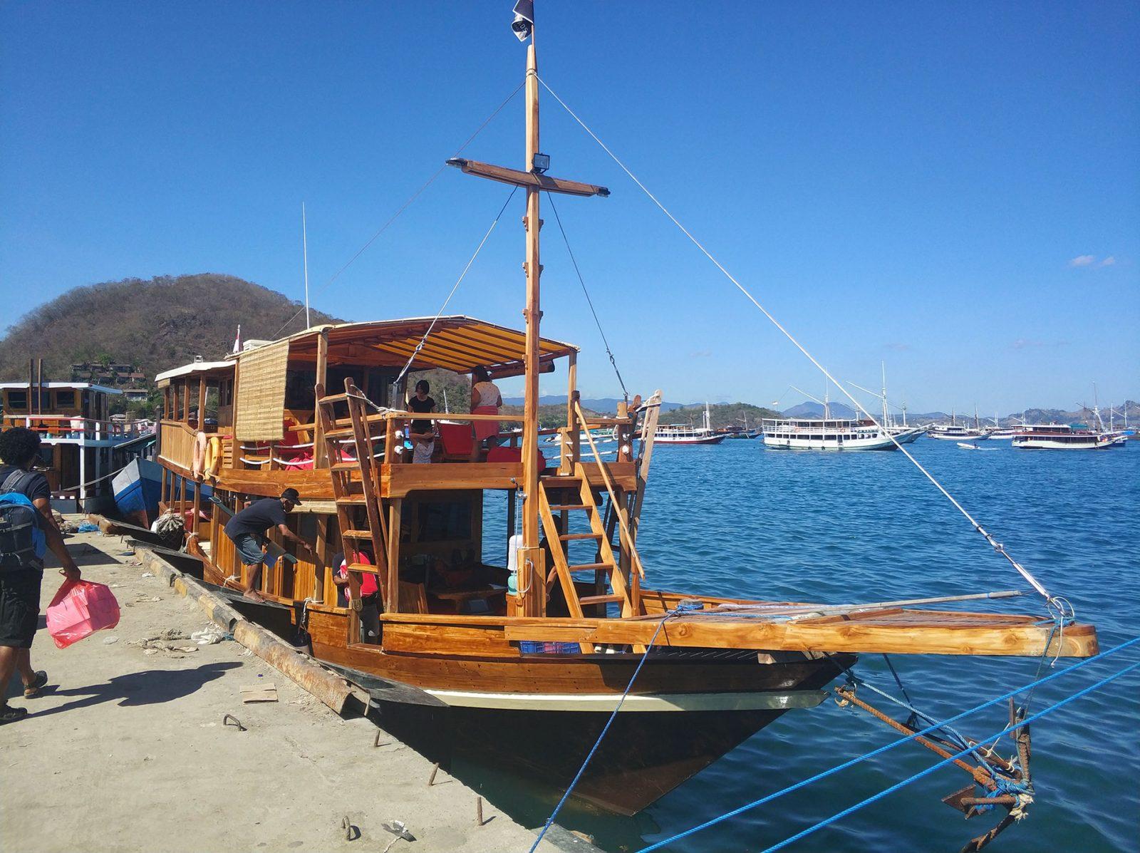 ラブアンバジョのボート