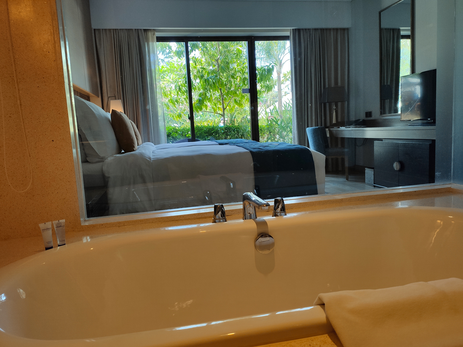 movenpick-room-bathtub