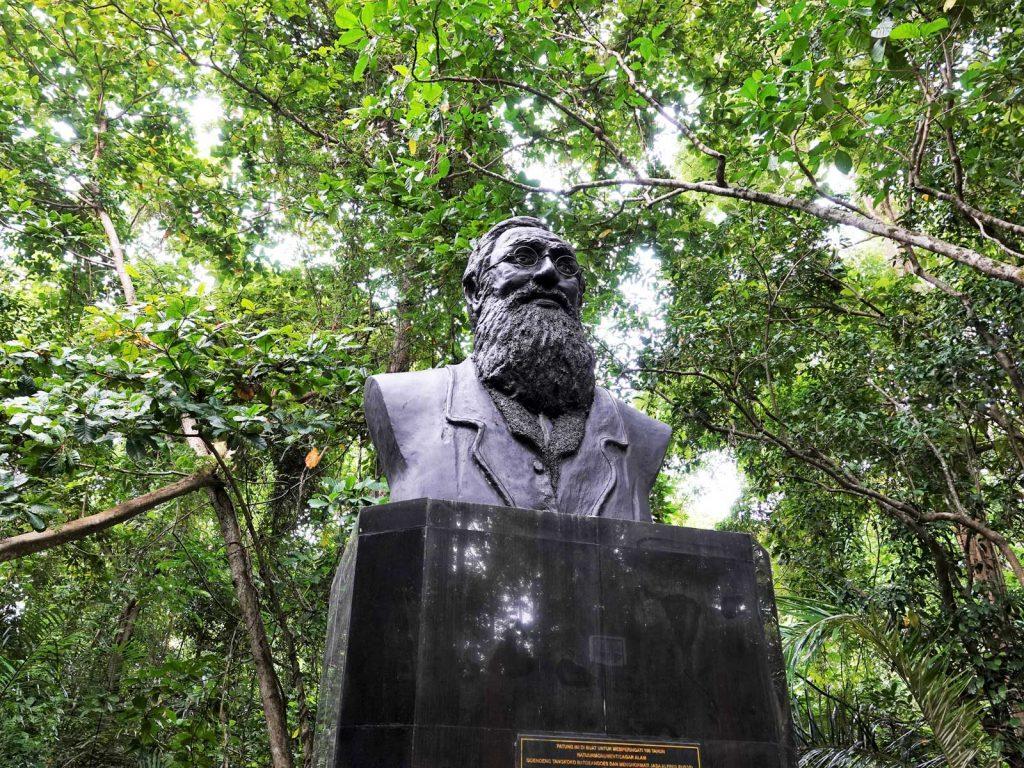スラウェシ島にあるウォーレス線を提唱したウォーレスの像