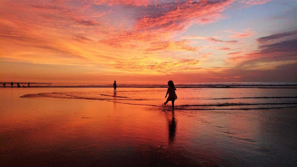 3月のバリ島のクタビーチのサンセット