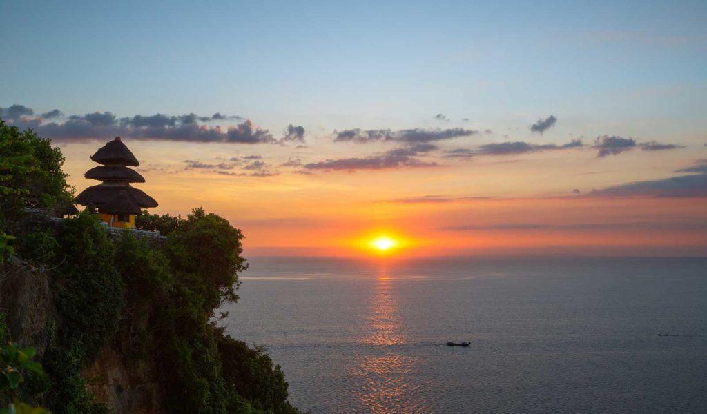 夕日が沈むウルワツ寺院