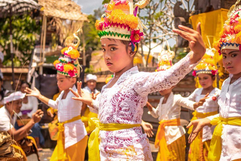タリスチと呼ばれ、寺院や儀式の際に奉納されるバリ島の舞踊のひとつ