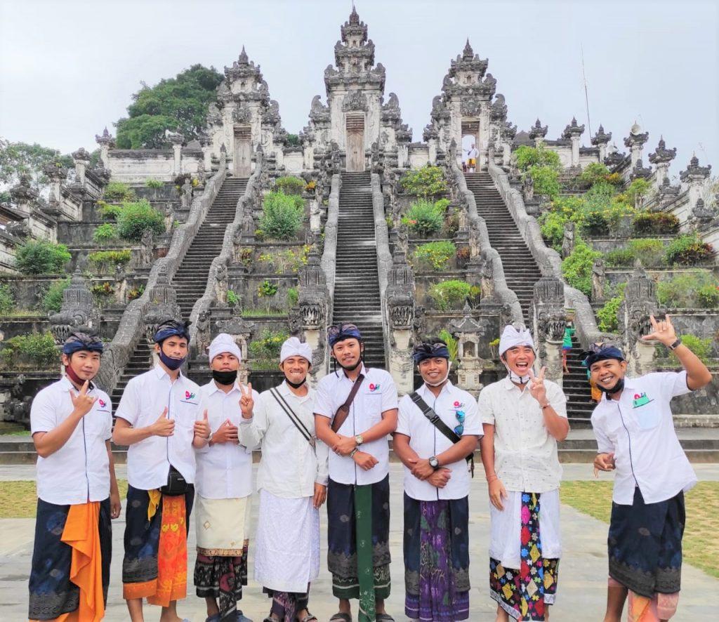 ランプヤン寺院の前で集合写真