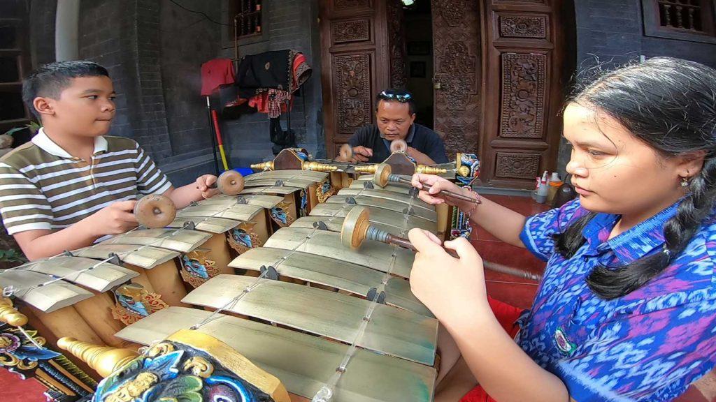 ガムランを習う地元の子供たち