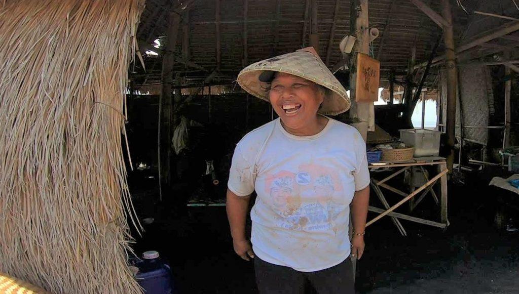 クサンバ塩田で働く地元の農塩家