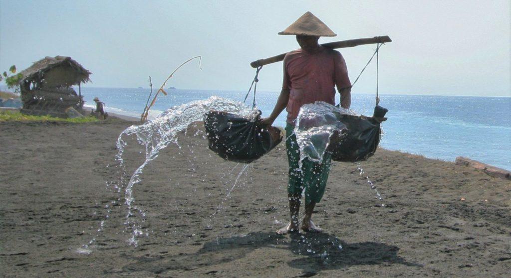 海水をまく農家さん