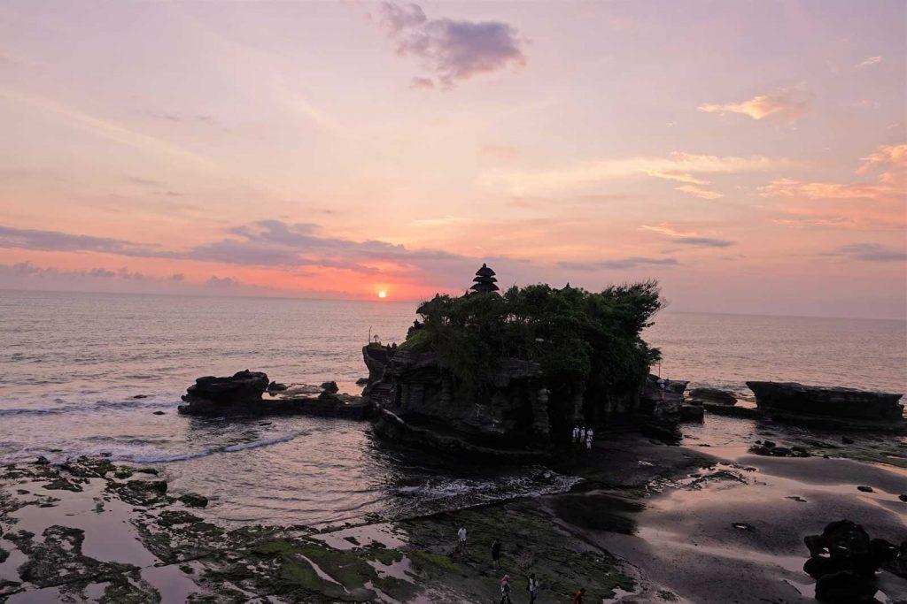 夕日に沈むタナロット寺院