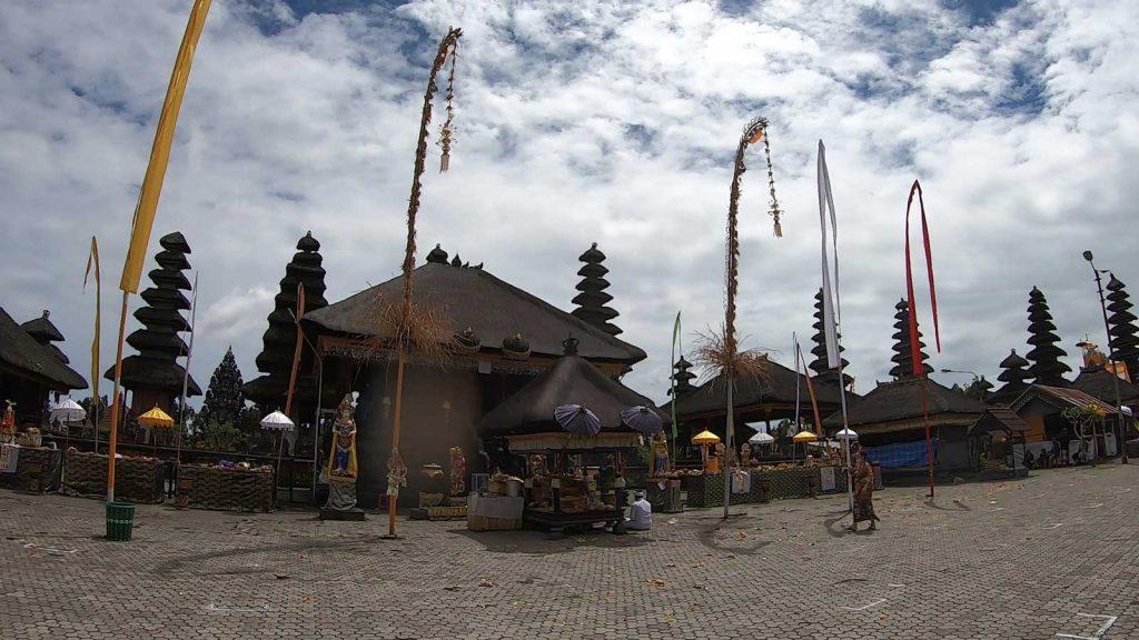 ペンジョールが並ぶ寺院内