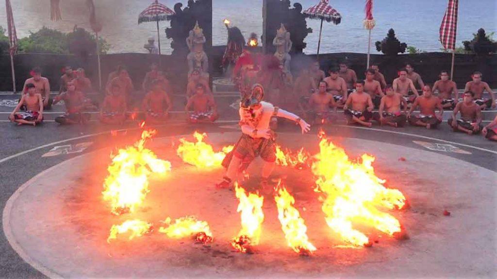 ケチャックダンスでハノマンが火に囲まれてしまう