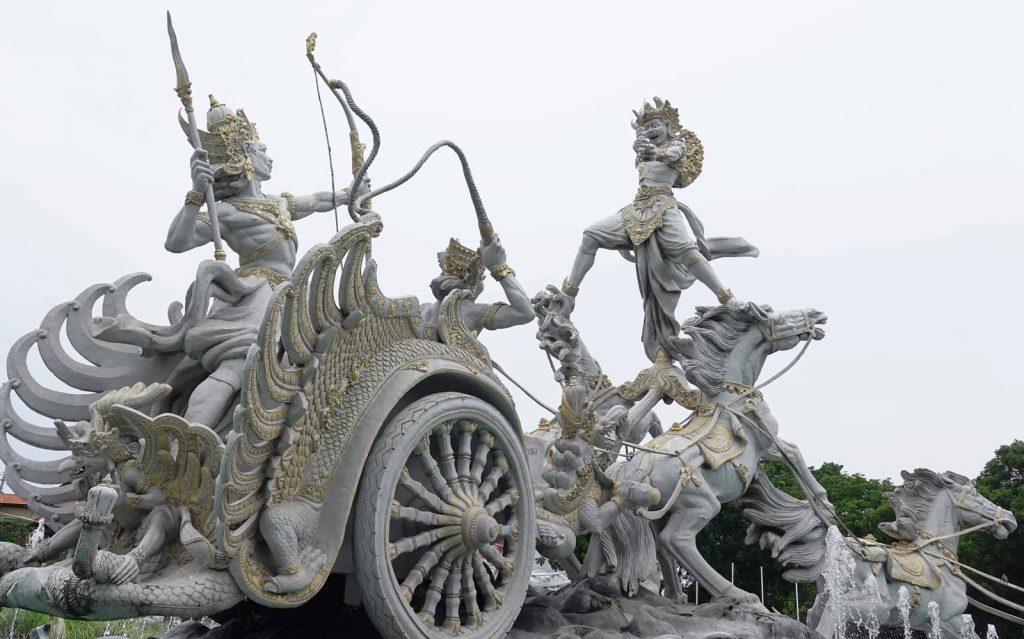 バリ島の空港近くにある馬車の上で戦っている石像