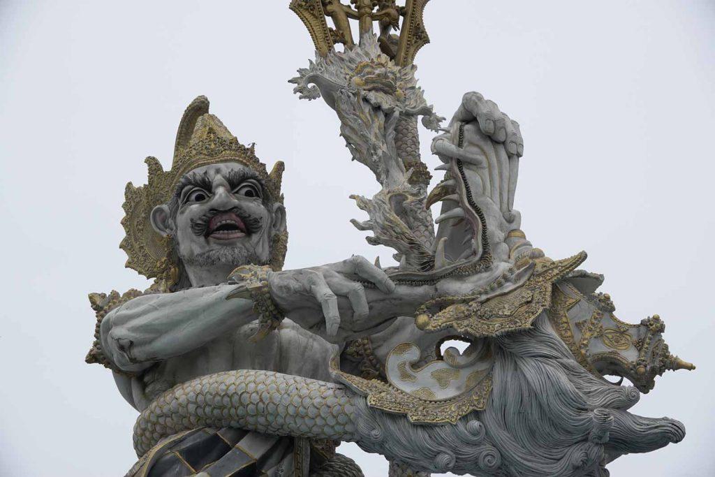 バリ島のDFS前にある石像