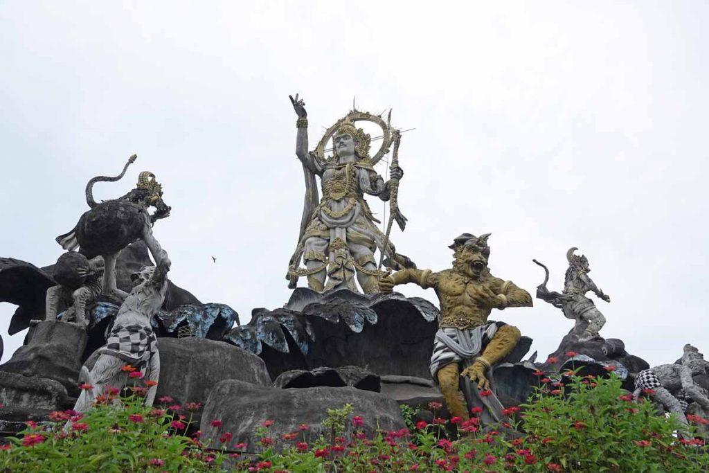 サルを引き連れる石像