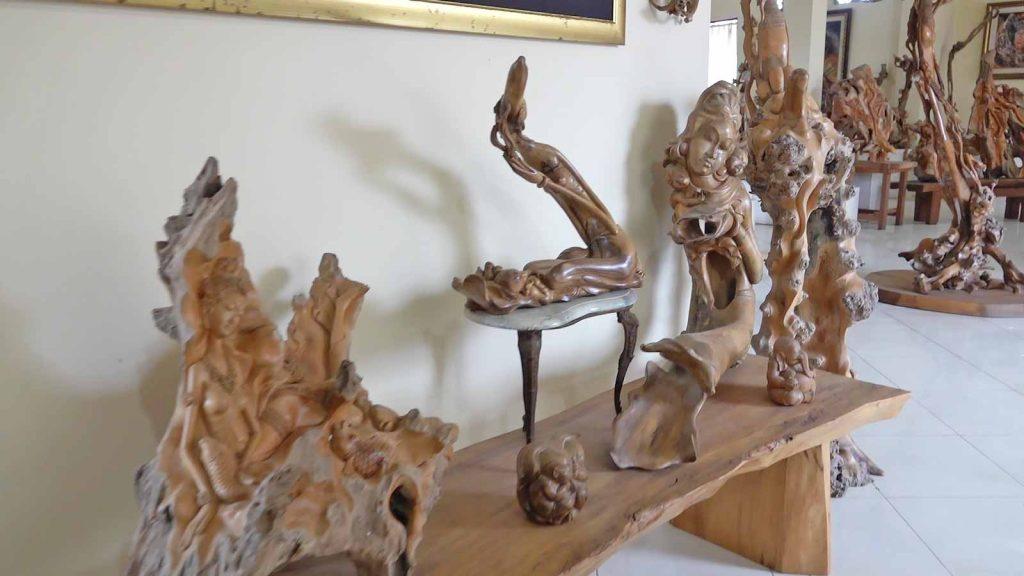 マス村にある木彫りのアトリエを紹介