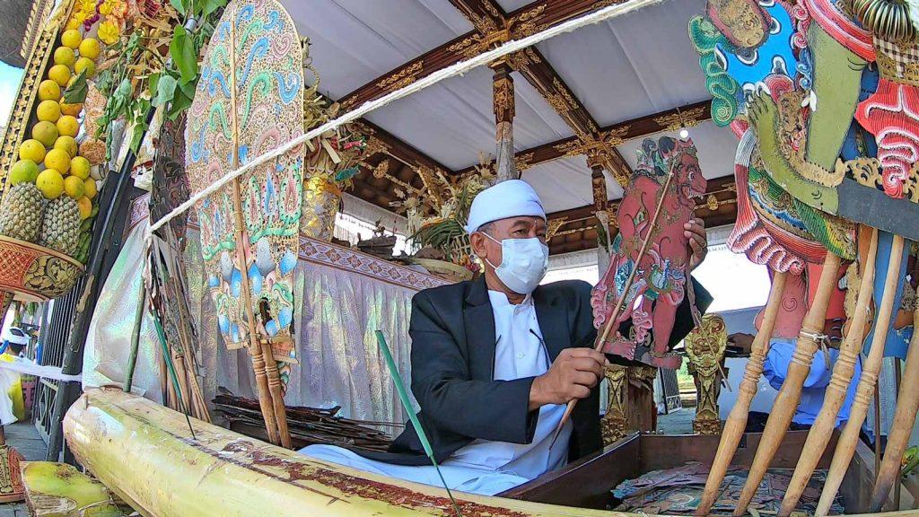 人形劇をブサキ寺院の本殿で奉納