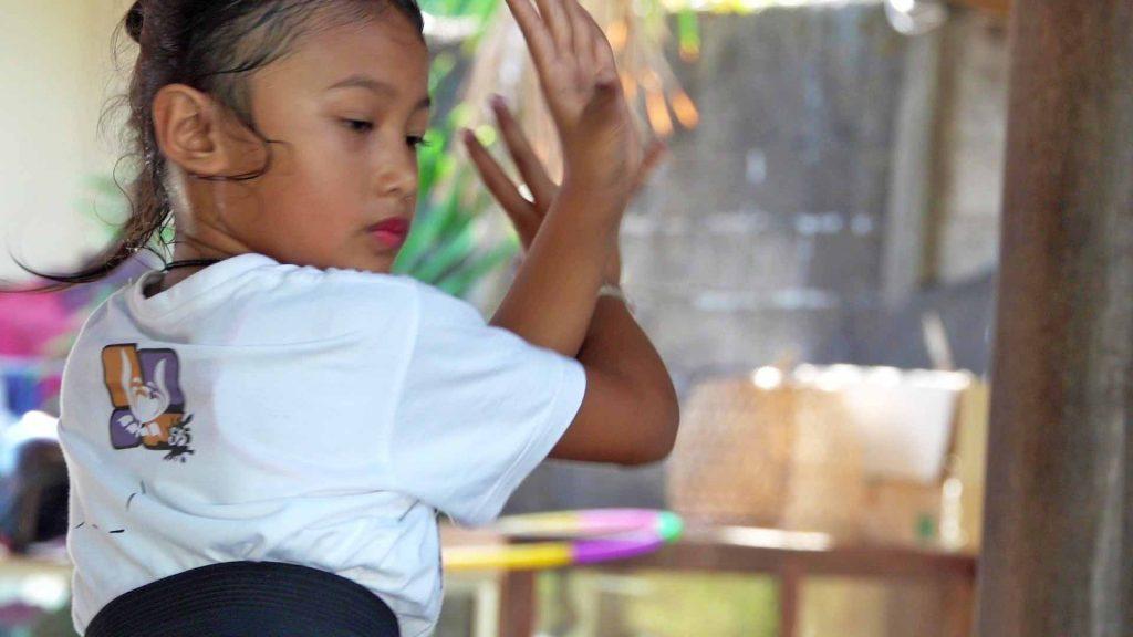 シガラジャにあるサンガールでバリ舞踊を学ぶ少女尾