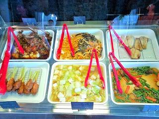 バリ島在住者に人気のサラダ飯、スミニャックのロータスキッチン