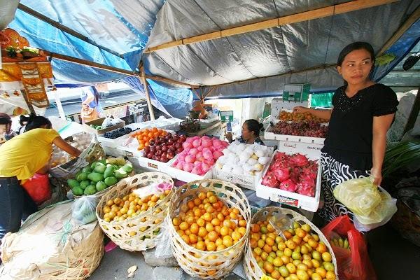 バリ島の観光名所カルタゴサ裁判所に行くなら、目の前の市場にも寄ってくださいね。
