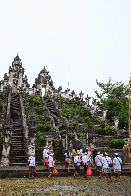 バリ島、ランプヤン寺院の参拝者