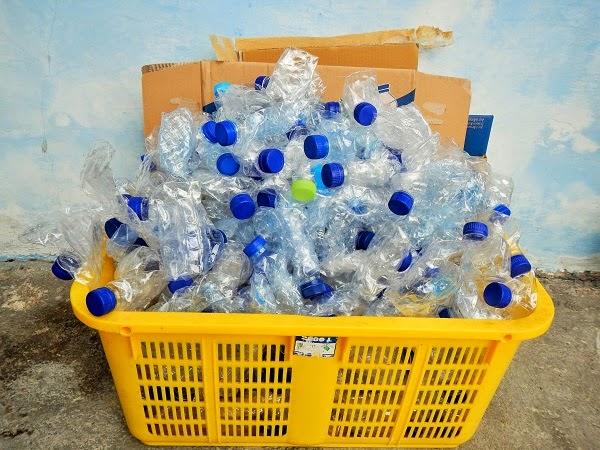 バリ島:山盛りペットボトルをゴミ銀行に持っていきました