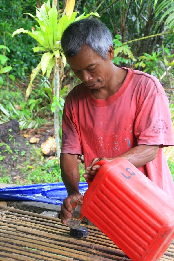 バリ島の酒処シデメン村で地酒アラックをテイスティング